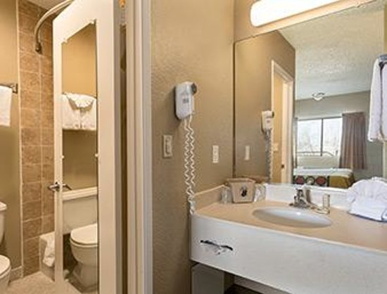 Super 8 Ridgecrest: bathroom