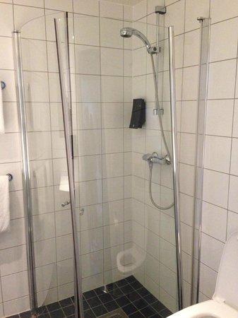 Comfort Hotel Xpress Youngstorget: Checked in with broken shower door.