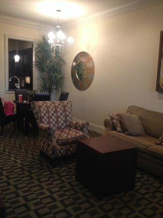 Carriage House Hotel: Spacious sitting room