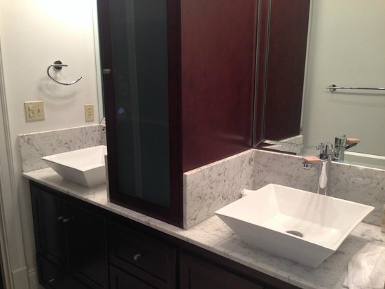 Carriage House Hotel: Beautiful bathrooms