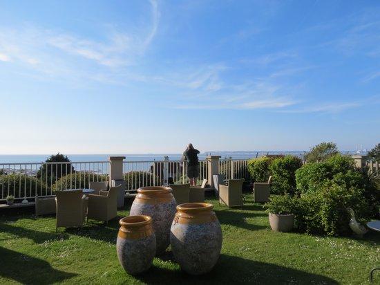 Hotel Restaurant Le Bellevue : Hotel garden 2