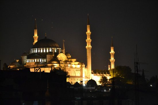 Neorion Hotel: Sulemaniye Mosque by night from roof top deck