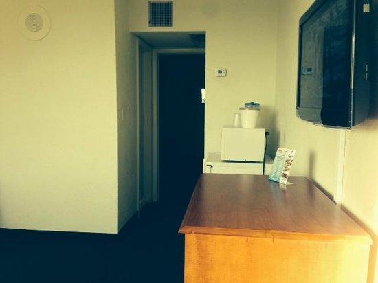 Biscayne Family Resort : front door looking toward bedroom