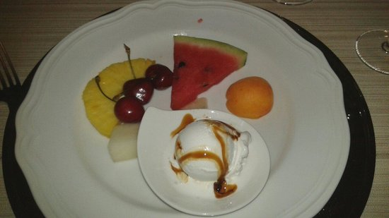 Novoli, Italy: Frutta e gelato