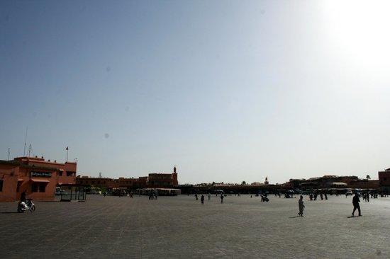 Jemaa el Fna : La place avant l'arrivée des marchands