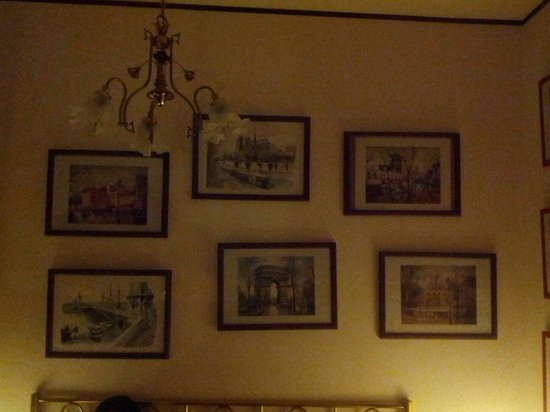 Bed & Breakfast Villa Sans Souci: Nice Italian photos and places to visit on the bedroom walls.