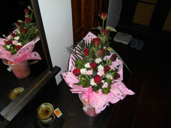 Santhiya Tree Koh Chang Resort: le bouquet offert lors du dîner romantique