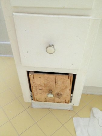 Glenfield Plantation Bed and Breakfast : Bathroom cabinet