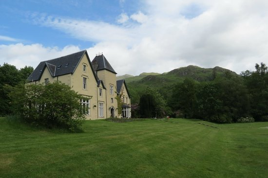 Glenfinnan House Hotel: view from Loch side