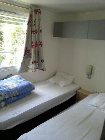 Camping La Boutinardiere : chambre enfant