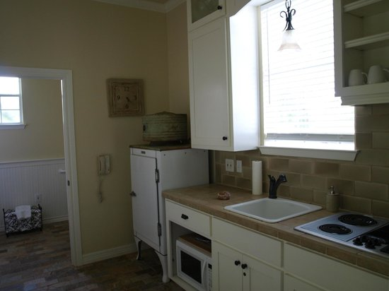 Rainbow Courts: Kitchen...and yes...that antique refrigerator works!