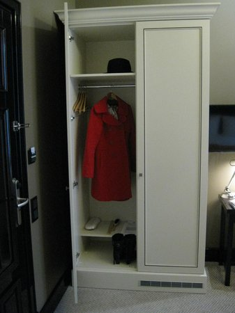 Astoria Hotel: Room closet