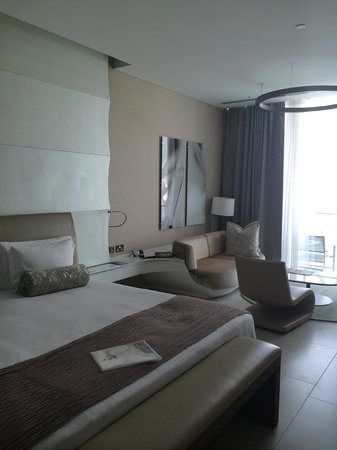 Yas Viceroy Abu Dhabi : Really spacious room with king bed