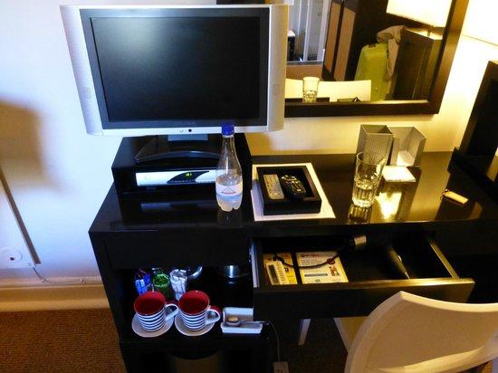 An African Villa : TV and desk