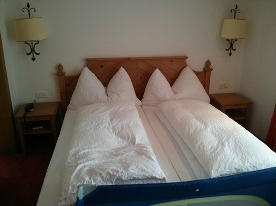 Hotel Mountain Paradise : Beds with cute setup of pillows