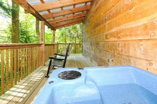 Dancing Bear Lodge: Hot tub on back deck