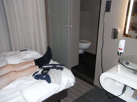 Leonardo Boutique Hotel : Bett gegenüber Schiebetür zum WC