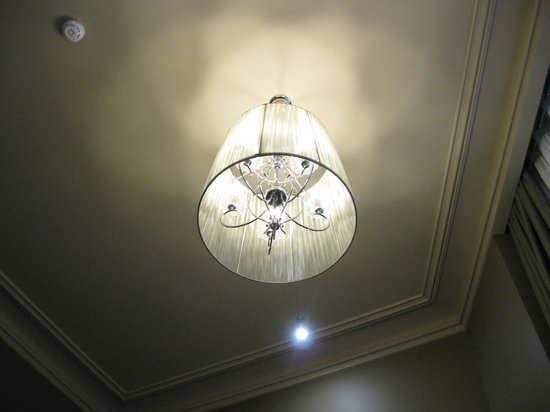 Astoria Hotel: Ceiling and chandelier