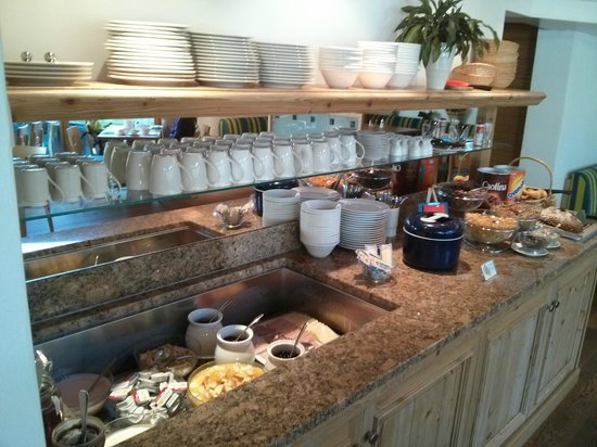 Hotel Mountain Paradise : Breakfast buffet - small but very good.