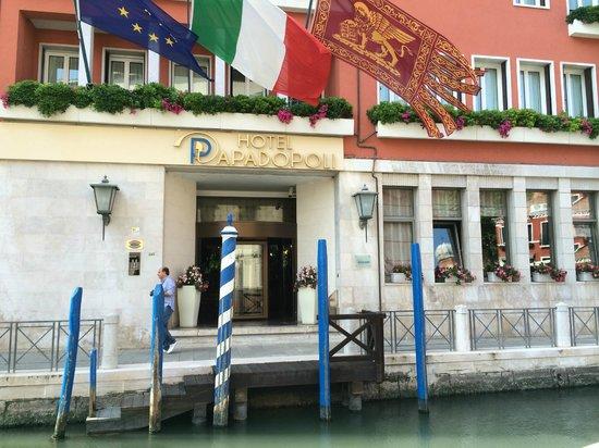 Hotel Papadopoli Venezia MGallery by Sofitel: Embarcadère juste devant l'hôtel