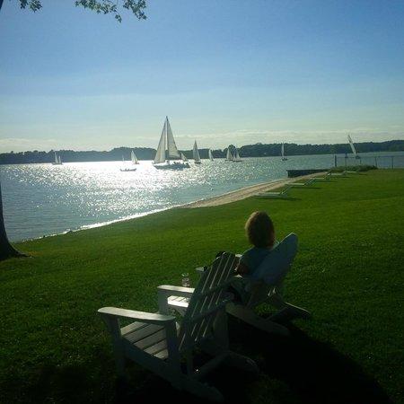 Sandaway Waterfront Lodging: Watching the parade of sailboats at 6 pm