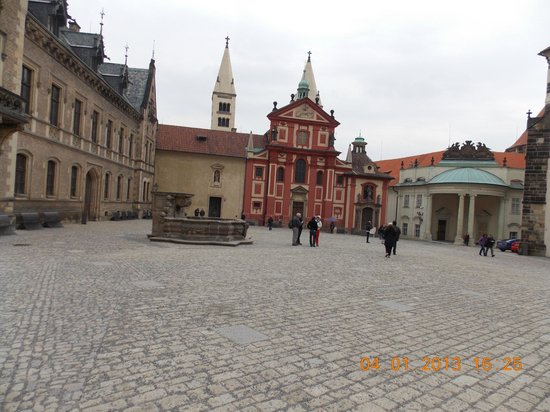 Château de Prague : Another view of inside the castle courtyard