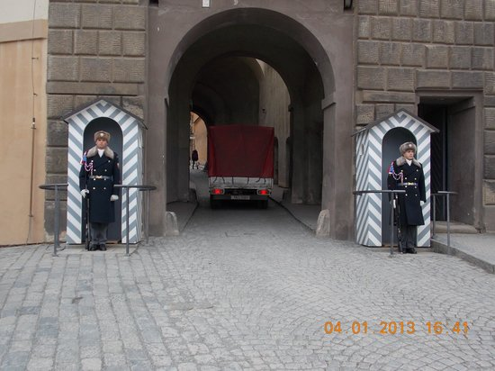 Château de Prague : Castle guards at one of the entrances.