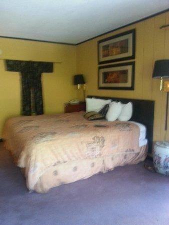 Quality Inn & Suites Gatlinburg: Red Roof Inn & Suites Gatlinburg  |  401 Hemlock Street, Gatlinburg, TN 37738