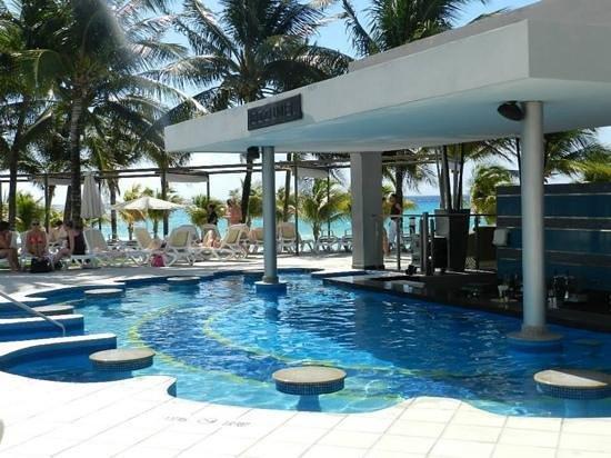 Hotel Riu Yucatan : Swim up bar