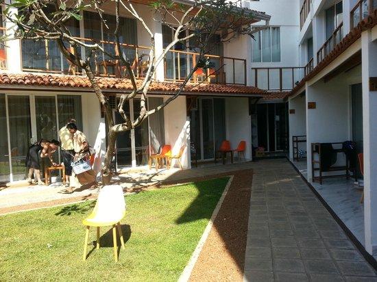 Calamander Unawatuna Beach: Yard of hotel