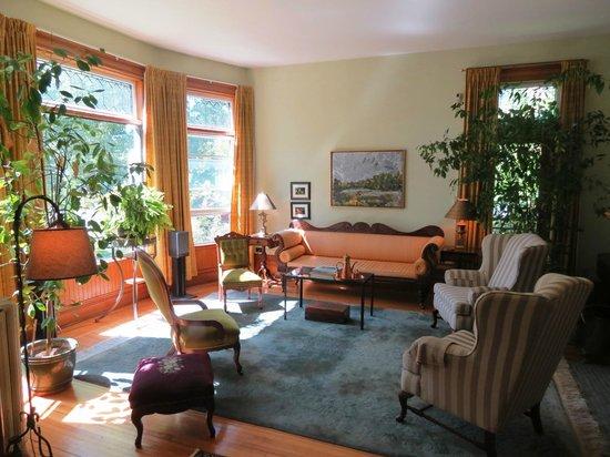 Hillhurst Inn: Lounge