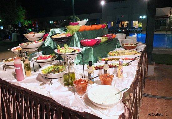 Golden Tulip Nizwa : Superbes buffets pour le dîner au bord de la piscine
