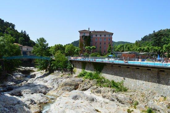 Hotel Helvie: l'hôtelHôtel  vu d'un pont vers le parc (avec piscine municipale devant)