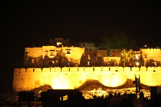 Hotel Pleasant Haveli: View from terrace on fort at night