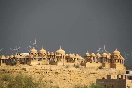 Hotel Pleasant Haveli: View from terrace on windmills