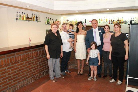 Asador La Nueva Conveniente: Nuestra Boda - Foto con los propietarios y su personal