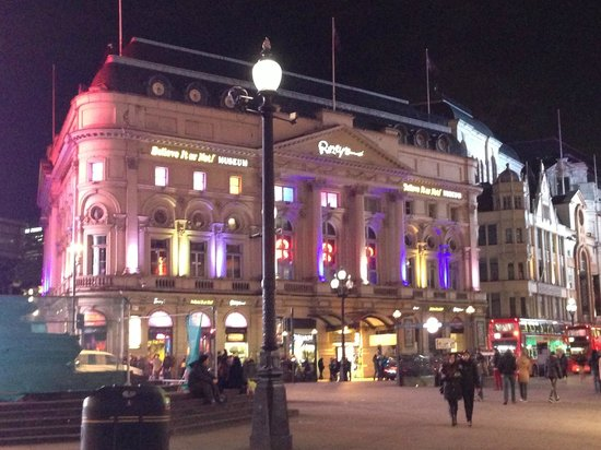 Le Meridien Piccadilly: Uma das Lojas em frente ao Hotel