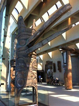 Museo de Antropología: galerie de totems et de statues en cèdre