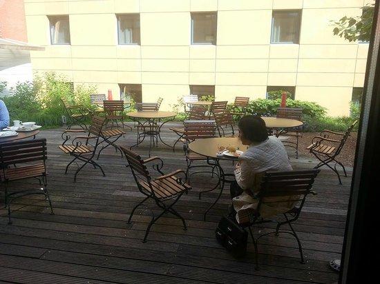 Ibis Amsterdam Centre Stopera: Jardim disponível pra o breakfast na primavera/verão