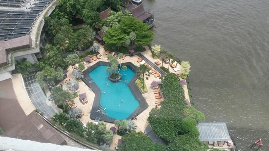 Вид из окна на бассейн