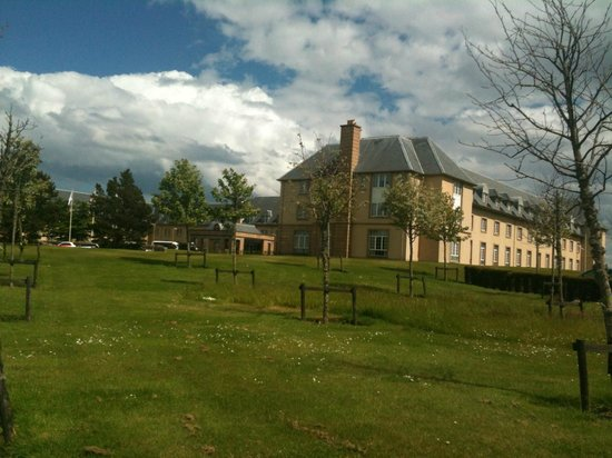Fairmont St Andrews: Aproaching hotel