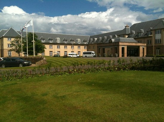 Fairmont St Andrews: Approaching hotel