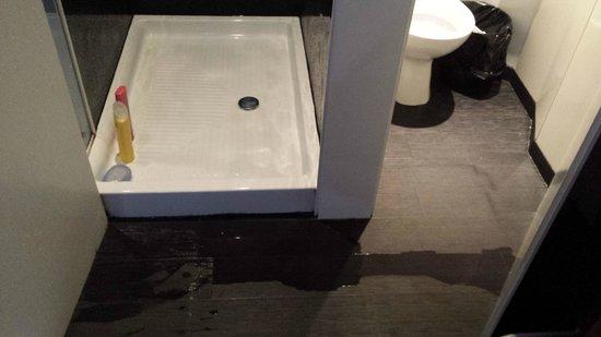 Hostal Q: A água vaza no quarto depois do banho
