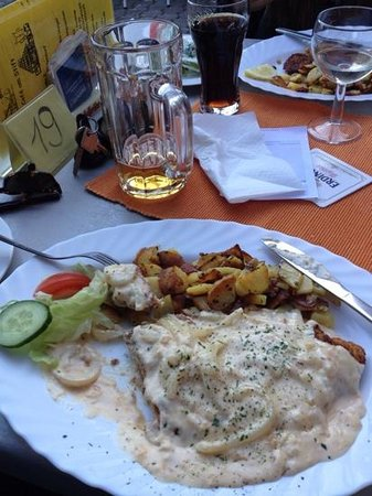 Hotel garni Cafe am Stift: there's a schnitzel there somewhere