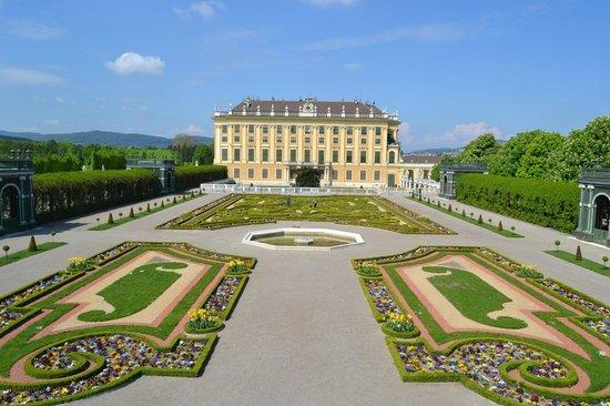 Schloss Schönbrunn: Дворец со стороны The Crown Prince Garden