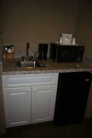 Comfort Inn & Suites North Conway: Amenities - microwave, fridge, coffee maker and additional sink area