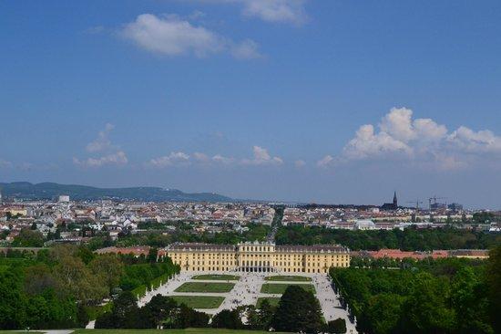 Schloss Schönbrunn: Вид на дворец от Gloriette viewing terrace