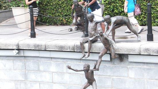 The Fullerton Hotel Singapore: 彫刻「ファースト・ジェネレーション」