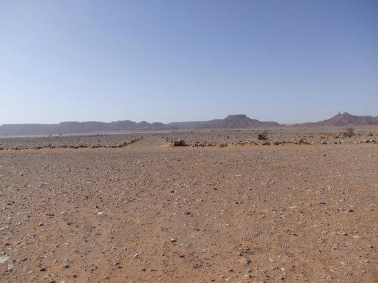Aghbalou Ramlia Auberge : Blick von der Einfahrt in die Wüste
