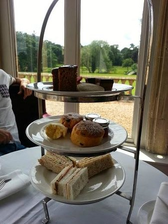 Mercure Warwickshire Walton Hall Hotel & Spa: Afternoon tea - a real disappointment.